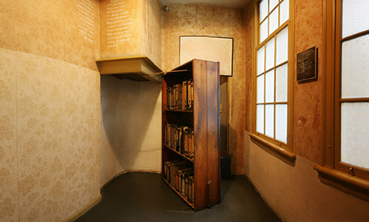 http://anomade.com.br/wp-content/gallery/20161027-anne-frank/Anne-Frank-Huis-Boekenkast.png