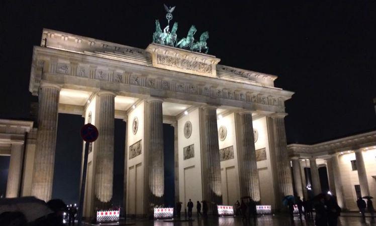 O imponente Portão de Brandemburgo e o Muro de Berlim